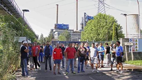 Los mineros de Astur Leonesa protestan ante la térmica de La Robla
