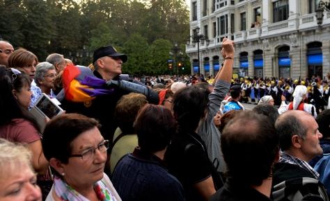 Ciudadano con los brazos levantados en Oviedo, tras serle arrebatada su bandera republicana por un policía  en la entrega de Premios Príncipe de Asturias el año pasado