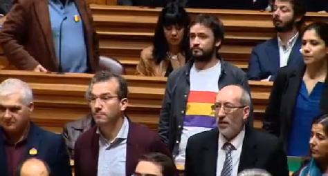 Parlamentarios portugueses llevan la bandera republicana como  rechazo al rey Felipe VI y en solidaridad con los republicanos españoles