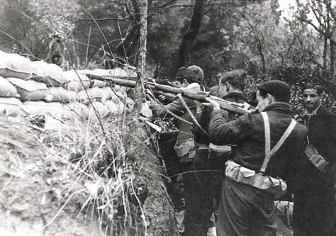Un grupo de milicianos abre fuego desde una trinchera en la Casa de Campo