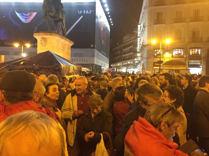 Centenares de ciudadanos indignados y republicanos se concentran en Sol contra la monarquía