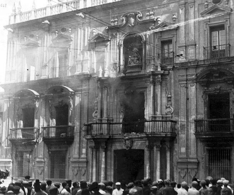 Palacio Episcopal en la mañana del 12 de mayo de 1931, ya incendiado