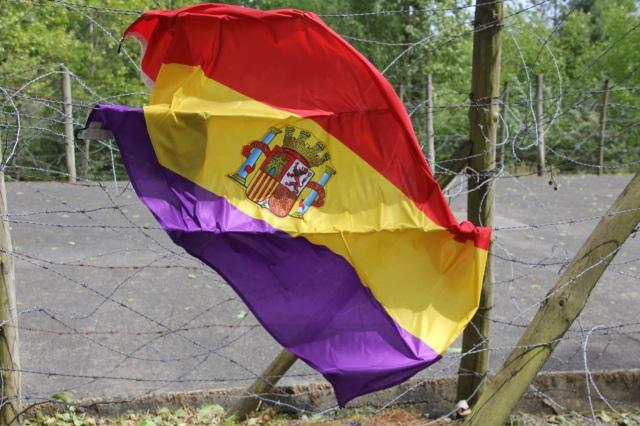 La tricolor, estrellada en las alambradas de GURS. Foto: NEOFATO.ES